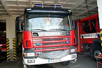 PROHLÉDNOUT SI NEJRŮZNĚJŠÍ HASIČKOU TECHNIKU mohli návštěvníci dne otevřených dveří na chebské profesionální stanici. Akce se konala u příležitosti výročí linky 112.