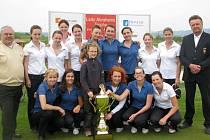 Družstva Severu a Jihu s vítěznou trofejí