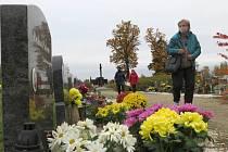 O víkendu, dva dny před svátkem Všech zesnulých, zavítalo na městský hřbitov v Chebu několik desítek lidí.
