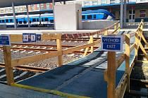 NA CHEBSKÉM nádraží v těchto dnech musí cestující použít pro přístup na třetí nástupiště provizorní dřevěnou lávku přes koleje.
