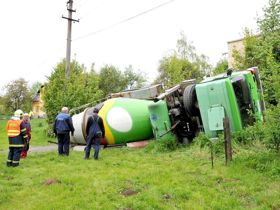 PŘEVRÁCENÝ AUTODOMÍCHÁVAČ se po úhybném manévru na silnici z Aše do Hranic převrátil do příkopu.