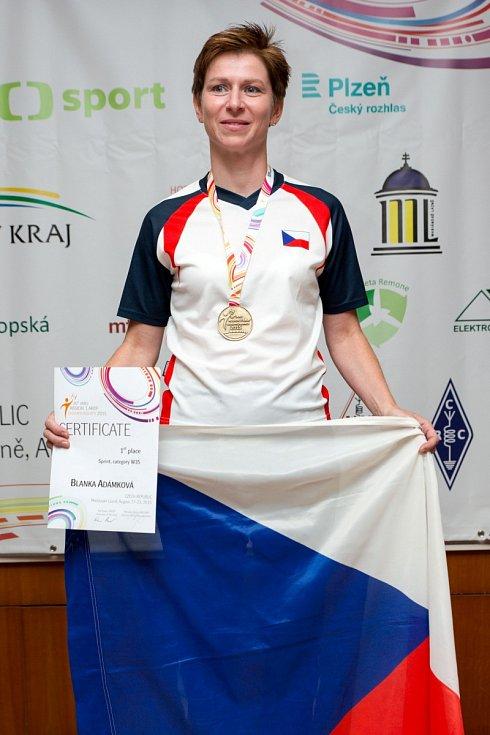 Alena Pátková (vlevo) před startem první klasiky.