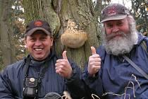 ODBORNÍCI z Mykologického klubu Slavkovský les Jiří Pošmura (vlevo) a Pavel Syřiště často za houbami vyrážejí společně.