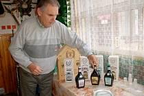 RODINNÁ LIKÉRKA ARNIKA vyrábí spoustu druhů likérů. Jiří Šmerda ukázal několik z nich. Kvůli půlmilionové kauci je ale možné, že tyto výrobky již na trhu neuvidíme.