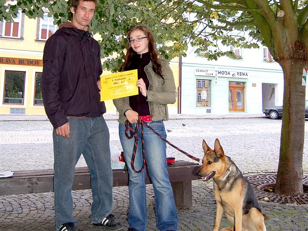 Chovatelka Markéta Altmanová z Chebu si převzala od Jana Rybáka poukaz na nákup v hodnotě 500 korun.
