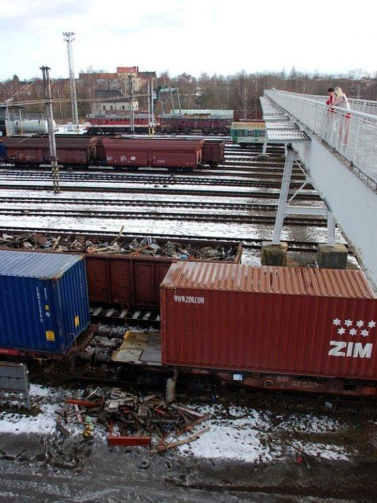 Odstavené vagony se šrotem pod lávkou pro pěší na chebském nádraží