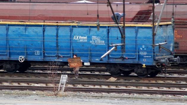 CHEBSKÉ NÁKLADOVÉ NÁDRAŽÍ, ČAS 11.31 HODIN.  Odstavené vogony s kovovým odpadem v Chebu stále zajímají řadu lidí. Proč asi tahají kusy šrotu?