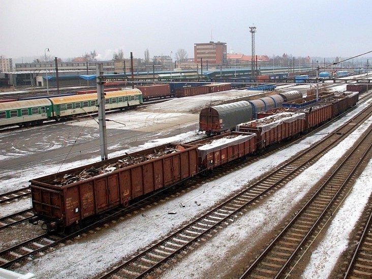 Nezajištěné vagony s kovovým odpadem na chebském nákladovém nádraží