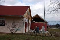 Následky sobotní vichřice na Chebsku poničená budova Casina Mars u Chebu