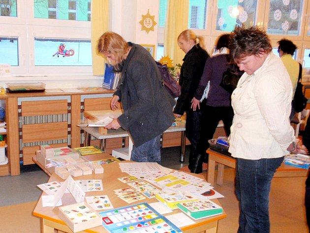 RODIČE PŘEDŠKOLÁKŮ projevují velký zájem o pomůcky, které připraví jejich dítě na školu. Příležitost dostali například v chebské mateřské škole Pohádka v ulici 26. dubna.