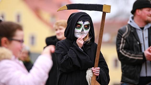 Na tradičním masopustním průvodu ve Františkových Lázních byla hudba, masky i škrabošky.