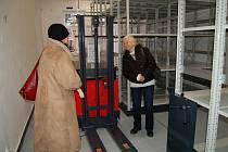 Nový depozitář chebského muzea navštívili pracovníci muzea Cheb. Prohlédli si nové vybavení pro uskladnění sbírkových předmětů.Veřejnost si ho bude moci prohlédnout v květnu letošního roku