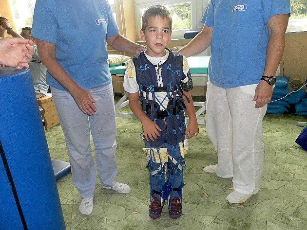 JAKUB, který od narození trpí mozkovou obrnou, se díky speciální léčbě dokáže sám postavit. Procedura probíhá ve slovenských Piešťanech.