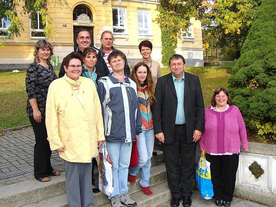 NÁMĚSTEK hejtmana Miloslav Čermák (druhý zprava) se v Lubech setkal s některými klienty programu.