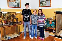 ZÁKLADNÍ ŠKOLA HRANICE se může pochlubit nejen zookoutkem, kde zapózovali členové ekotýmu Jan Starsiak (vlevo), Kamil Novák a Aneta Dušková, ale i titulem Ekoškola.
