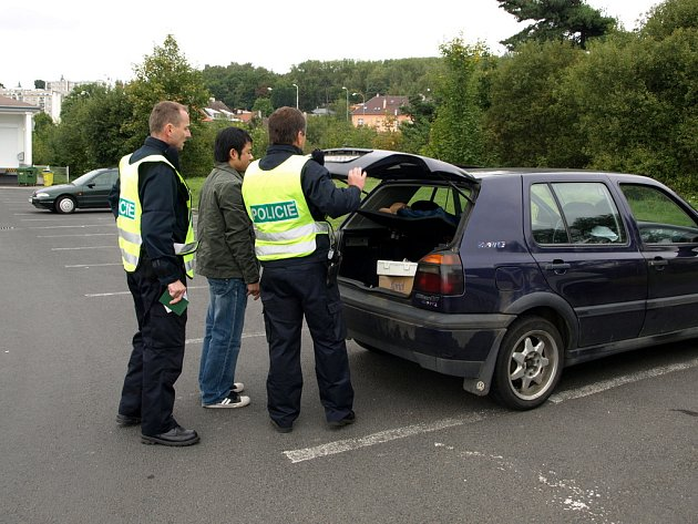 CIZINEČTÍ POLICISTÉ vysvětlují cizincům i při běžných kontrolách, že mohou při ztrátě zaměstnání požádat o státní příspěvek. Ten činí 500 euro pro dospělého, polovinu pro dítě.
