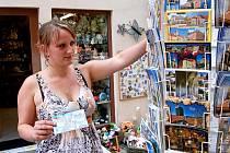"""""""POHLEDNICE URČITĚ NESKONČÍ,""""  uvedla prodavačka Irena Petráčková, která právě tento sortiment nabízí v obchůdku Elephant na chebském náměstí Krále Jiřího.  """"O pohledy je stále slušný zájem,"""" radovala se."""