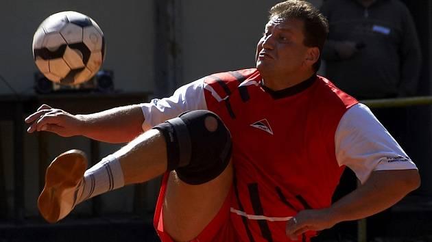 MILAN HLAVÁČEK  (na snímku) spolu s Čermákem vybojovali pro Aš tři body v prvním barážovém duelu s Modřicemi Brno B. Aš zvítězila doma 5:3 a v sobotu  se utká se soupeřem na jeho hřišti.