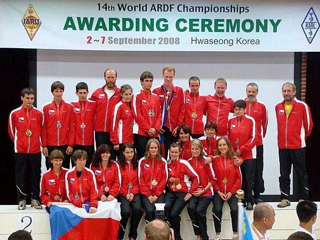 ŠÉFTRENÉR české reprezentace Miroslav Vlach starší (čtvrtý zleva vzadu)  reprezentoval kromě republiky také Cheb.