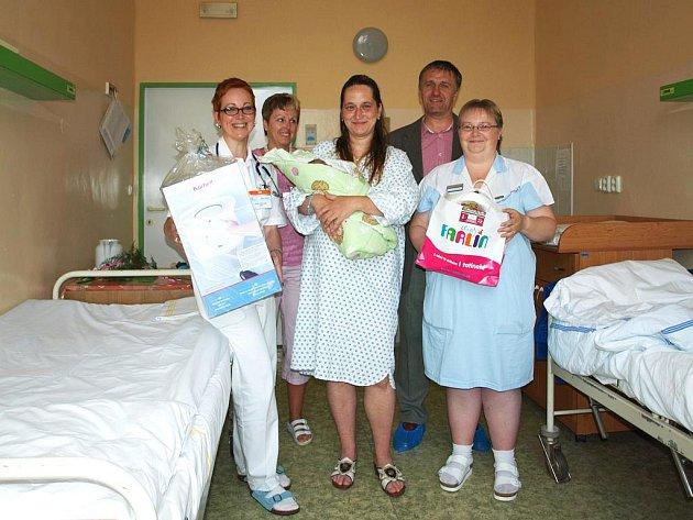DÁRKY SE NA DEN DĚTÍ rozdávaly také v chebské porodnici. Maminka Věra Zvalčáková převzala od sponzora Radka Dvořáka dárek pro svého novorozeného synka Jeníčka.