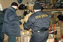 Akce celníků v Chebu. Celníci v areálu Kovo objevili tisíce kusů padělků.