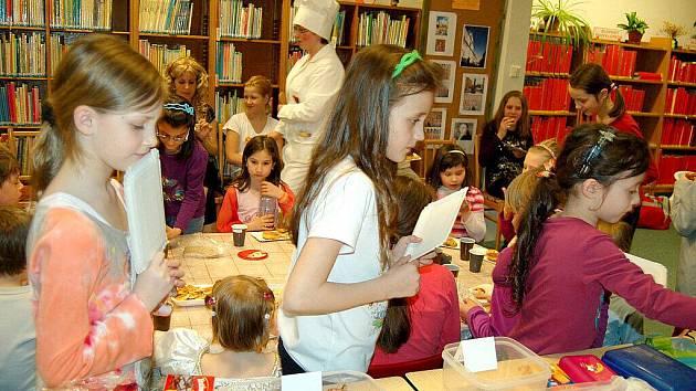 Dvacet dětí dorazilo na Noc s Andersenem do chebské dětské knihovny. Tentokrát se téměř celá akce nesla v duchu televizním. Děti si na začátku vyslechly od  knihovnic zprávy, sport a počasí.