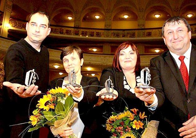 Martina Paboučková z chebského mateřského centra Klubíčko (druhá zprava) si odnesla cenu Křesadlo.