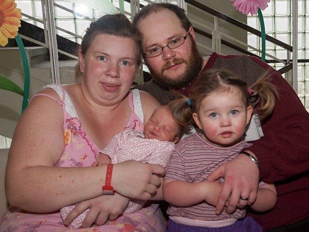 SOFIE PÍPOVÁ si poprvé prohlédla svět ve středu 7. ledna v 9.39 hodin. Při narození vážila 3 330 gramů a měřila 50 centimetrů. Z malé Sofinky se těší doma v Aši sestřička Lilly spolu s maminkou Veronikou a tatínkem Pavlem