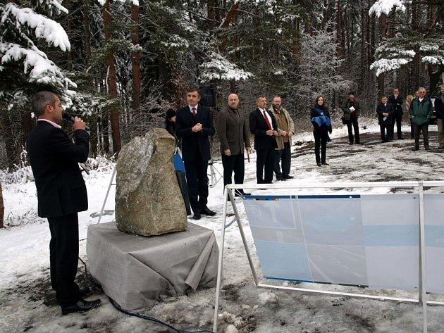VÝSTAVBA OBCHVATU kolem obce Velká Hleďsebe začala 11. prosince 2008 velmi honosně, může se ale nepatrně protáhnout kvůli špatnému počasí.