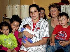 VIKTOR BEŇÁK se poprvé rozkřičel v sobotu 11. září v 9.15 hodin. Na svět přišel s váhou 3430 gramů a mírou 48 centimetrů. Doma v Chebu se těší z malého Viktorka sourozenci Niky, Martin a Marcelek spolu s maminkou Marcelou a tatínkem Martinem.