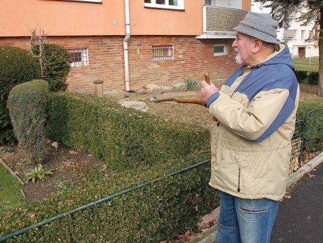 OBYVATEL Domu s pečovatelskou službou na chebském sídlišti Skalka ukazuje na poničené dlaždice u domu.