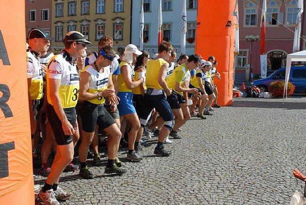 Nejtěžší závod extrémních sportů odstartoval ve středu na chebském náměstí.