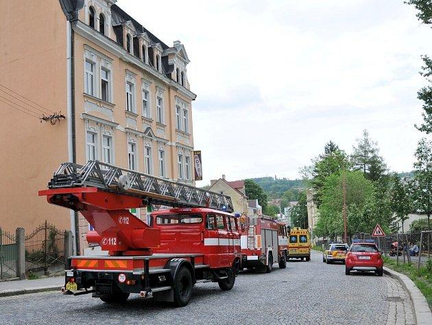 Patrně postel chytila kolem poledne v jednom z pokojů v domě v ašské ulici Gustava Geipela. Podle svědků začali požár hasit sami obyvatelé domu, i přesto ale na místo vyrazili také hasiči.