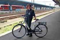 NOVÉ ELEKTROKOLO ukázala na chebském nádraží  pracovnice Českých drah Marie Kubešová. Hned dvě taková kola si mohou začít půjčovat lidé z chebského regionu.