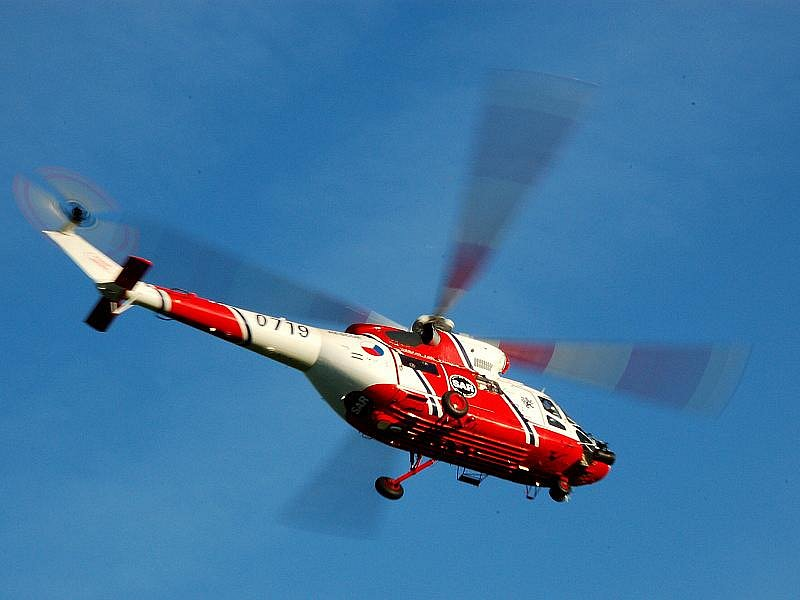 HAVÁRIE. Pravděpodobně kvůli zdravotní komplikaci vyjel německý řidič ze silnice na obchvatu Aše. Při kolizi se vážně zranil a s poraněním páteře jej vrtulník přepravil do nemocnice.