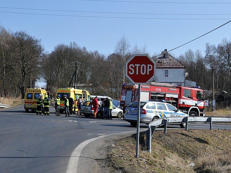 Auto na střeše zůstalo po dopravní nehodě, která se odehrála na křižovatce chebských ulic Vrázova a Nižnětagilská.