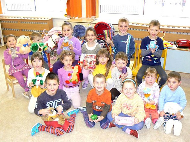 Novou tradici zavedli v Mateřské škole Dolní Žandov. Malí předškoláčci zde v pravidelných intervalech oslavují své narozeniny.
