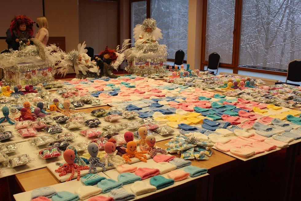 Spolku Nedoklubko věnovali dobrovolníci z Mariánských Lázní čepičky, ponožtičky a pletené chobotničky.