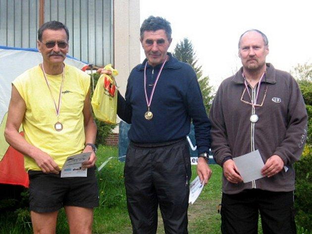 POUZE záležitostí borců z Chebska se stal orientační sprint v Kralovicích v kategorii H 55. Zleva: bronzový Jan Fišák, vítězný Jan Sklenář (oba Mar. Lázně) a druhý Jaroslav Jirásek z Chebu