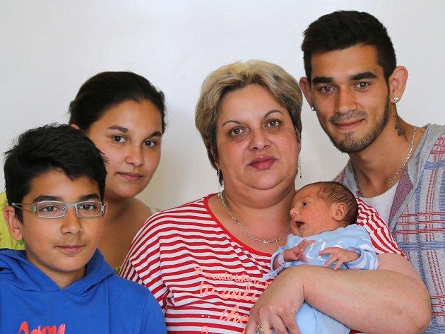 ROMAN ALDÁR ŠARIŠSKÝ se narodil v sobotu 16. dubna v 14.05 hodin. Na svět přišel s váhou 2 720 gramů a mírou 46 centimetrů. Maminka Anička a tatínek Roman se těší z malého Románka doma v Chebu.