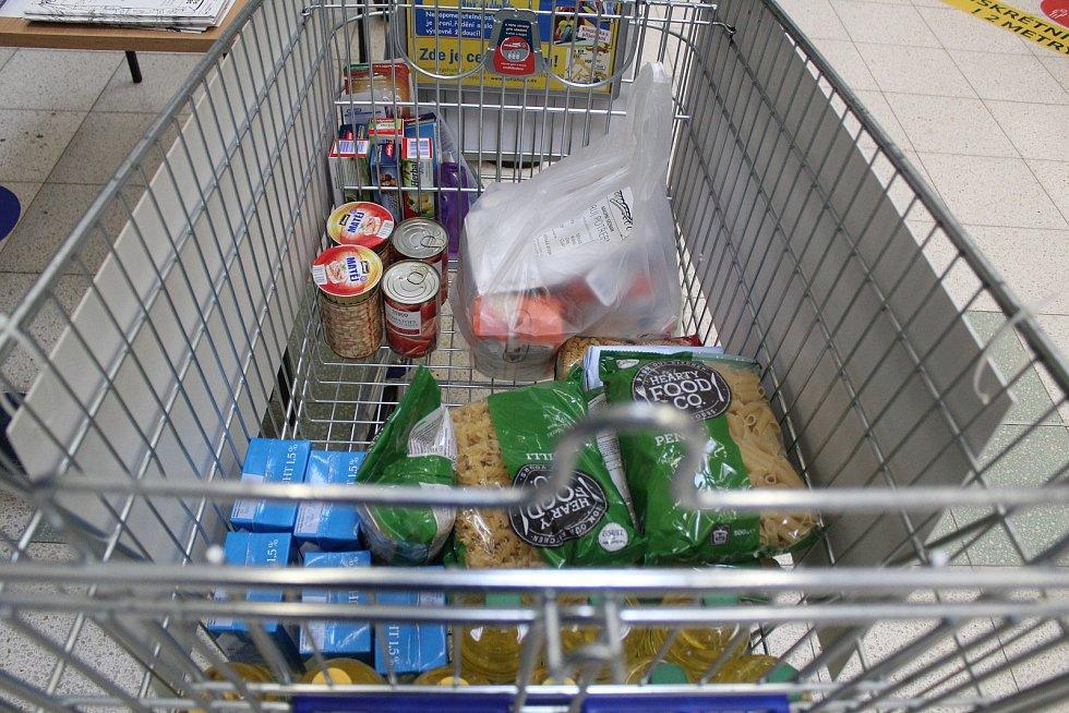 Lidé pomáhali potřebným. Darovali trvanlivé potraviny a drogerii.