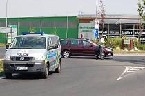 Řidička narazila do motorkáře v chebské ulici Pražská. Motocyklista utrpěl lehká zranění. Řidička byla nezraněna.