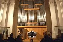 V CHEBSKÉ KONCERTNÍ A VÝSTAVNÍ síni Klára se v sobotu uskutečnil benefiční varhanní koncert na podporu snah Občanského sdružení pro Hospic svatého Jiří.