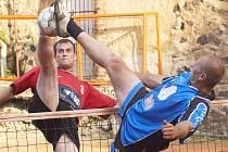 TAKÉ podobné momenty budou k vidění  v sobotním nohejbalovém turnaji Zukal Cup, který se koná na dřenické plovárně.