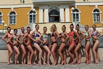 ČTRNÁCT KRÁSNÝCH finalistek soutěže Česko-Slovenská Tipsport Miss Aerobic zdobilo po celý týden řadu malebných zákoutí Františkových Lázní při soustředění.