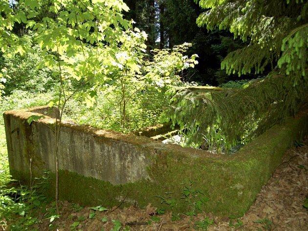 V lese za obcí Podhradí je vzácná horizontální studna, ale je zde i další pramen vody