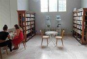 Ještě do konce prázdnin je v chebské městské knihovně k vidění výstava s výmluvným názvem Svět Sherlocka Holmese.