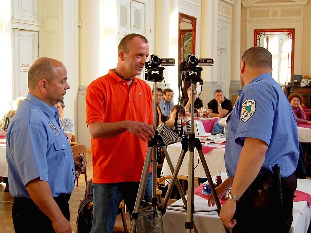 Veřejné jednání zastupitelstva města Františkovy Lázně se opět odehrálo  před slušně  zaplněným sálem místního Společenského domu a neobešlo se bez menšího pozdvižení hned v jeho úvodu.