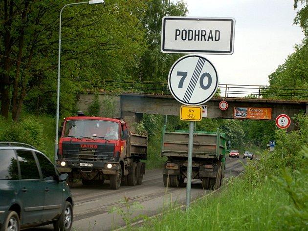 Cheb - Podhrad. Těžké nákladní automobily ze stavby železnice ničí místní komunikace