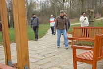 OBYVATELÉ nejen z Chebu, ale i okolních obcí se vydali k památníku Obětem železné opony ve Svatém Kříži.